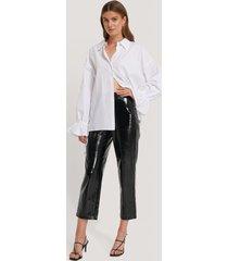 hannalicious x na-kd high waisted patent pants - black
