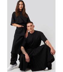 danny saucedo x na-kd pleated asymmetric pocket skirt - black