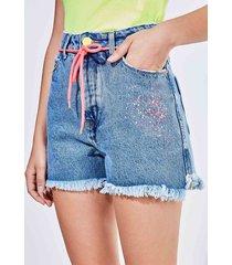 short hot pants com detalhes em neon