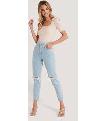 trendyol mom jeans med hög midja och slitna detaljer - blue