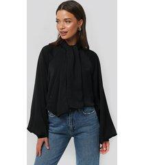na-kd classic blus med scarfdetaljer - black