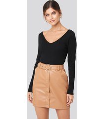 adorable caro x na-kd pu button detail skirt - brown