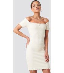 nicci hernestig x na-kd off shoulder ribbed dress - white
