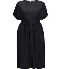 rak klänning i plisserad trikå med kort ärm