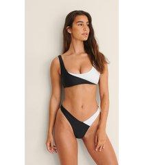hunkemöller x na-kd v-formad bikiniunderdel med hög benskärning - multicolor