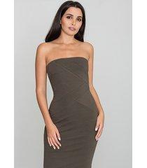 sukienka bez rękawów dopasowana do sylwetki