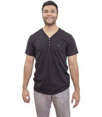 camiseta manga curta 4 ás flamê preta v com botões