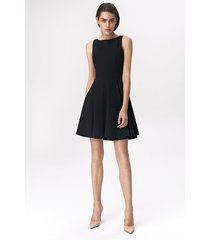 rozkloszowana czarna sukienka mini