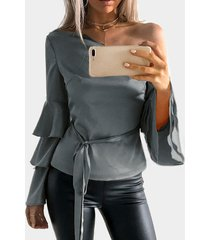 blusa gris oscuro con mangas acampanadas y volante de un hombro con cinturón