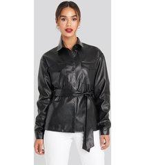 chloé b x na-kd pu belted jacket - black