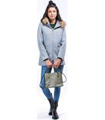 abrigo gris tipo capa con cremalleras y capota con peluche