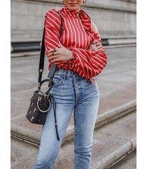blusa de manga larga con cuello halter a rayas y diseño de lazo rojo