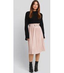 na-kd trend pleated pu belt skirt - pink