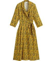 blommig omlottklänning med trekvartslång ärm