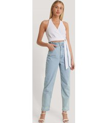 basma & merna x na-kd mom-jeans med hög midja - blue