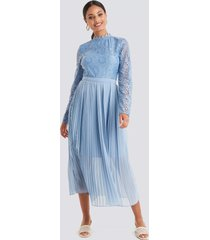 na-kd boho crochet detail pleated dress - blue