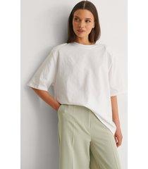 na-kd trend ekologisk boxig t-shirt med axelvaddar - white
