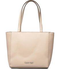ck must shopper sm bags top handle bags beige calvin klein