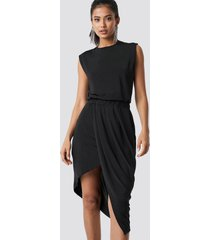 hannalicious x na-kd draped asymmetric dress - black