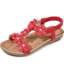 las sandalias de mujer son cómodas y de color rojo suave.