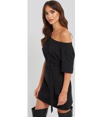 na-kd one shoulder t-shirt belted dress - black