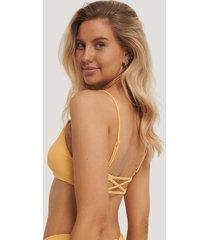 na-kd swimwear topp med vridna axelband bak - yellow