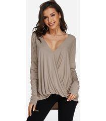 blusa cruzada con hombros descubiertos y manga larga de color caqui