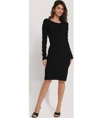 na-kd stickad klänning med volangdetalj - black