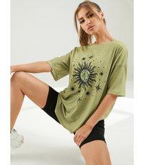 camiseta extragrande con estampado abstracto de sol y luna
