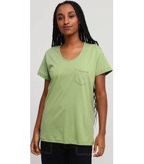 camiseta bolso verde sálvia