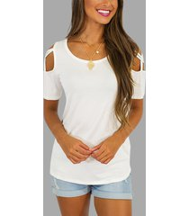 camiseta blanca de manga corta con hombros descubiertos