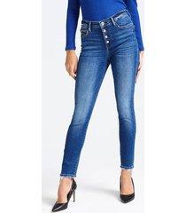 jeansy z wysokim stanem i efektem znoszenia