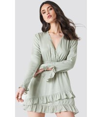 linn ahlborg x na-kd solid wrap dress - green