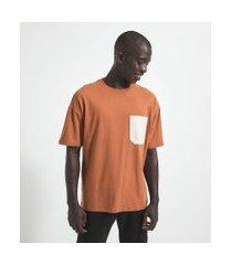 camiseta manga curta com bolsos   request   marrom   p