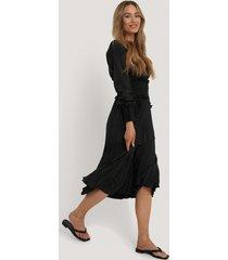 na-kd trend veckad klänning med smock i midjan - black