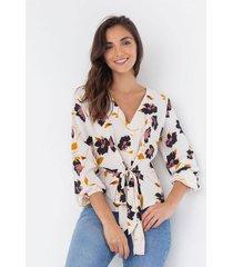 camisa floral con anudado