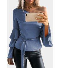 blusa con mangas acampanadas y volante de un hombro azul con cinturón
