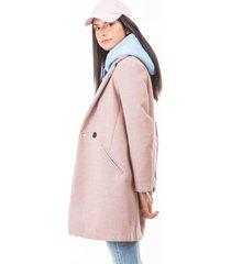 abrigo rosado para mujer con bolsillos laterales y un botón frontal.