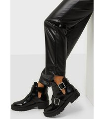 nly shoes chunky buckle boot flat boots