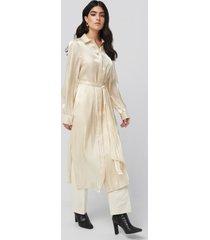 na-kd classic shiny long shirt dress - beige