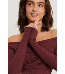 na-kd off shoulder-topp - burgundy