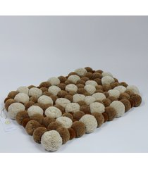 beżowy dywan z pomponami 45cm x 65 cm
