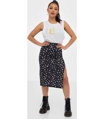 nly trend print slit skirt midikjolar