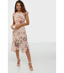 nly eve shaped flounce dress fodralklänningar