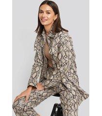 na-kd trend snake printed shirt jacket - beige,multicolor