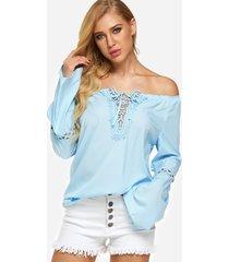 detalles de encaje azul liso con hombros descubiertos y cordones diseño blusa campana de manga larga