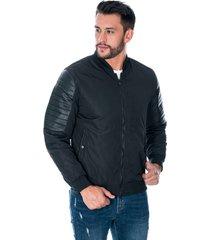 chaqueta para hombre negro con cremallera y bolsillos laterales con botón apliques en manga de polipiel