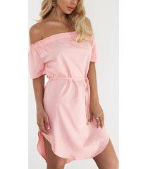 rosa mini dobladillo curvo con hombros descubiertos vestido con cinturón