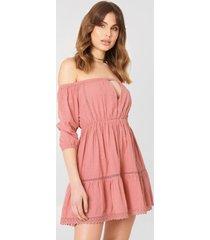 debiflue x na-kd off shoulder crochet dress - pink