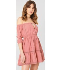 debiflue x na-kd off shoulder crochet dress - pink